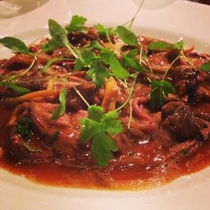 Älgstek med trattkantreller & sky, en av gårdagens bästa varmrätter. Ikväll rekommenderas Lammrygg från Kungsbyn med tomat & vitlök!! #luxdagfordag #kok