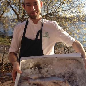 Dagens råvara i Walk through: Hel gös 13:-/hg. Dagens husman är gäddqueneller med skaldjurssås och broccoli.