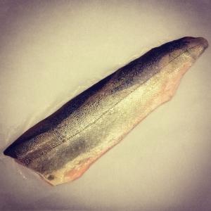Dagens råvara: Fjällrödingfilé 28 kr/hg. Och stekt majskycklinglår med linguine, parmesan och broccoli, 85 kr. Välkomna!