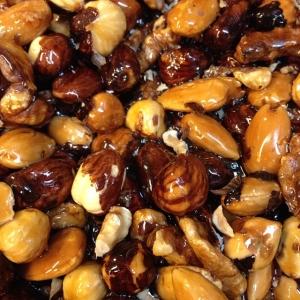 Karamelliserade nötter till julbordsdesserterna 20 kr/hg. Lammfärsbiff med rostad zucchini, tomat och fetaost 85 kr!Välkomna!