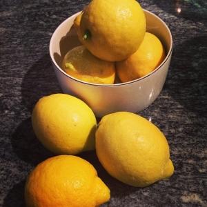 Citroner för 5kr st! Dagens husman är stekt kyckling med fläsk, champinjoner, mandelpotatispure och sky! Välkommen!#meny