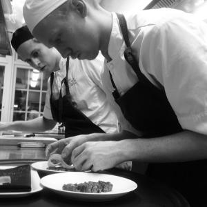 Rune & Göran lägger kvällens första Renfil'e. Serveras med hasselnötsmajonnäs, syltade trattkantreller & kaprisbär #luxdfd #luxdagfordag #alltidnymeny