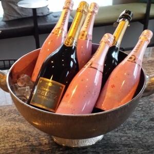 Idag inviger vi vår nya madonna. Kom och fira rosé champagne för 95kr glaset.