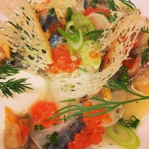 Vinsjuden Makrill med hjärtmusslor, forellkaviar, stjälklök & gräddfil #lux #luxdagfordag #makrill #vår