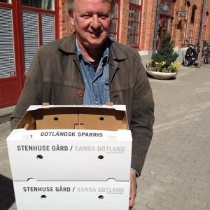 Storbonden i storstan, vår kompis Tomas från Stenhusegård anlände just från Gotland med nyskördad Prima Verde & gijnlim-sparris för ett sparrisgästspel i kväll, välkomna!
