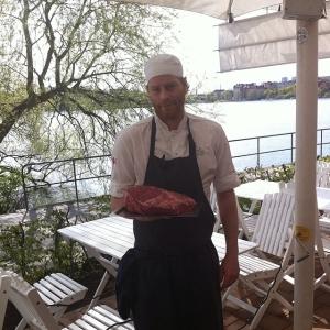 Idag öppnar vi för att sitta ute på Lux! Råvaran för dagen är ungko rostbiff från Elfhems Gård 55:-/port. Dagens husman: korianderkryddad lammkorv med avocado, chili och groddar 115:- #takeaway #walkthrough