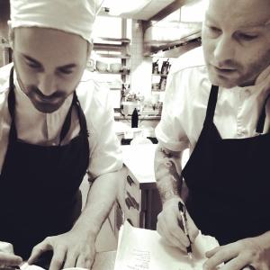 Kockarna Johan & Johan planerar dagen i köket.. Dagens husman idag är: Kalvfärsbullar med tomat, broccoli och parmesan 115:-/i WT:en 85:- Välkomna! #luxdagfordag #dagenshusman #kockar #planering