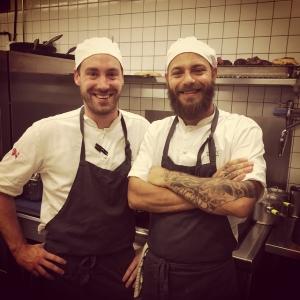 Glada kockar i köket i kväll på @luxdagfordag #luxdagfordag #kock #food #chef #beard #tattoo