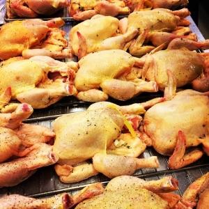 Kycklingar redo för ugnen till lunch! Som serveras med rostade nötter och yoghurt & vitlöksdressing 115:-/85:- i WT:en. Välkomna! #Luxdagfordag #husman