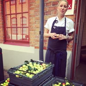 Glada miner när kockarna fick leveransen av trädgårdsäpplena..