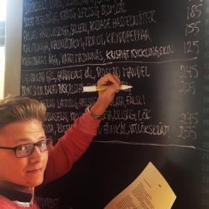 Restaurangchef Dyberg uppdaterar kvällens meny med de senaste råvarorna #lux #luxdagfordag #luxdfd #alltidnymeny