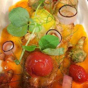 Pinfärsk och nystekt gösfilé från Ängsö med frasig broccoli, bakade Viken tomater och rökig tomatvinägrett Välkomna! #luxdagfordag #gös #ängsö #vikentomater #stockholm