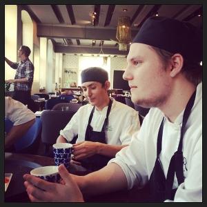 Adrian från Globens hotell och restaurangskola och Joar från Stockholms internationella restaurangskola laddar för lunchservice