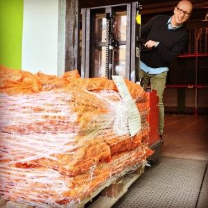 """Utsättnings jordärtskockor från Ante på Tolbygård. Självklart har grönsaksgurun Pelle ett """"finger med i spelet"""" #egenodlade #närproducerat #vårbruk #månskensbonde #jordärtskocka"""