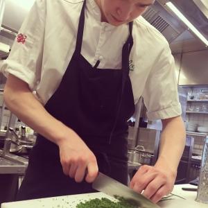 Fullt fokus! Emil fixar Nyskuren gräslök till husman. #luxdagfordag #lux #lusdagfördag #gott #vår #gräslök #fokus