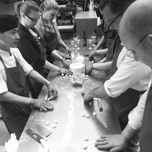 """Kvällens Dumplingskola på Eat Självklart är det tävling mellan kursdeltagarna om den mest perfekts dumpningen, chef Chen lär ut 4 olika """"knytningar"""" med 4 sorters degar. Grattis Johan (först till höger i bild) som visade sig vassast på kvällens kurs! #eat #eatrestaurant #dumpling #dumplingskola #kurs #vågatesta #skitsvårt #chinachef #cheflife #chinastyle #chinafood @chenxueqin76 @wolfhorner"""
