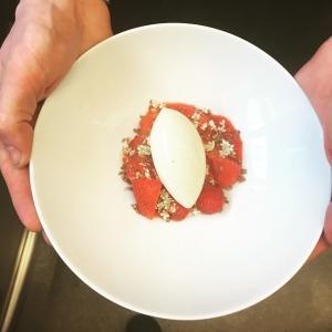 Ny dessert för dagen! Jordgubbar från Stenhusegård med vanilj&fläderglass. #jordgubbar #luxdagfordag #sommar