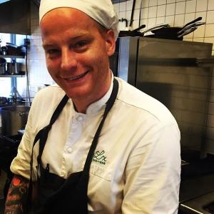 """Tack Johan """"Nisse"""" Sjöblom för 7 1/2 fantastiska år med dig i köket! Bättre matlagare än dig har sällan skådats, jag och alla våra gäster kommer sakna dina urgoda skysåser, vällagade husmanrätter, frasigt stekt Ängsögös m.m. Lycka till i Uppsala!! 👊 @johansjoblom #luxdagfördag #luxrestauranger #lux #nissepålunchen"""
