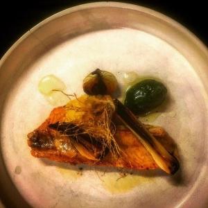 Fantastisk färsk Abborre från Per Vidlund, Ängsö med barletta lök och gravad citron! #farmtotable #luxdagfördag #nyfiskat
