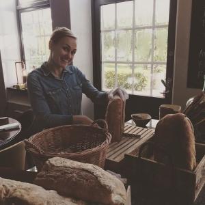 Marie förbereder lunchen. Idag har vi en lunchnyhet: Lammstek eller Regnbågslax med en massa härliga tillbehör som man tar själv. Välkomna!