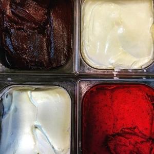 Dessert-onsdag på #luxdagfördag Glass/Sorbetsortientet består av lingon, choklad, kanel och gräddfil!