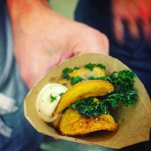 """""""Street Food"""" känsla på första serveringen. Farmers Dinner menyn till den 12/11 börjar ta form. Kvällens Farmare: Roger Nemi, Elisabeth Sivik & Adrian från Orust shellfish. Ren, ostron & blåmusslor är kvällens råvaror #farmersdinner #luxdagfördag #unikrestaurangupplevelse"""