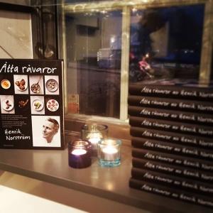 """Äntligen är den här, Henriks nya kokbok """"åtta råvaror"""" finns att köpa här på lux för 250kr, kom ner!"""