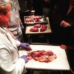 Roger Niemi styckar renkalv i matsalen för kvällens gäster #anatomi #farmtotable #luxdagfördag #farmersdinner
