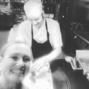 Emil lägger de sista äggrätterna för årets julbord och Marie är redo att servera dem. God jul alla gäster. Tack för i år hälsar vi på Lux!?