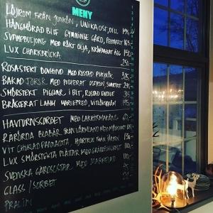 """""""Trotsar"""" röddag/trettondagen, vi håller öppet. Tjejerna & Killarna har extreme matlagningsglädje efter 1 månad av julbord & behövlig julledighet. Lammet från Herresta Säteri rekommenderas, vi har låtit lammen hänga i vår hängkyl till perfektion! Senare i veckan serverar vi Älgkalv från Söderås utanför Rättvik. #luxdagfördag #lux #äntligenvardag #lillaessingen #stockholm #2016 #cheflife"""