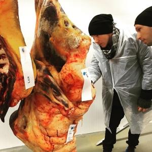 Råvarumästare Andreas Simonsson @luxcombat inspekterar samt instruerar framtida råvaror. Någon veckas hängmörning bara...... #fjälko #luxdagfördag #luxdagfordag #unikrestaurangupplevelse #unikråvara #spåbarhet