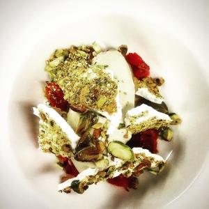 Avsluta kvällen med pistageglass, maräng och blodapelsin #luxdagfördag #fredagsservice #3xpistage
