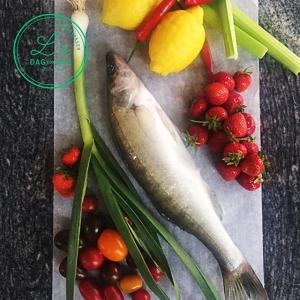 I morgon är det fredag och dags för #vardagslux. Beställ vår Fredagspåse, 495 kr för 2 personer, idag före 16.00 och låt helgen börja på godaste vis! Ring på 08-619 01 90 eller maila till info@luxdagfordag.se  Veckans meny -Gösceviche med gurka, selleri och krasse -Frasstektfläsksida, Rocklunda,med rostade trädgårdstomater och vitlökskräm -Jordgubbsglass med färska jordgubbar och vaniljpuffad quinoa