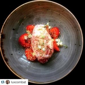 #Repost @luxcombat with @repostapp. ・・・ Äntligen jordgubbar #fläder #luxdagfördag  #jordgubbsgräddglass #sommar