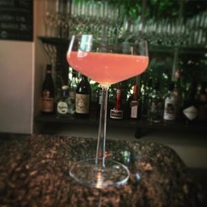 """Börja kvällen med """"Lux dfd white peach"""" med gin & citron #vardagslux #luxdagfördag #persika #gin #fördrink"""