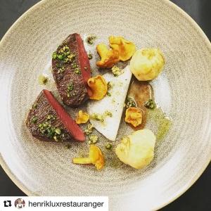 #Repost @henrikluxrestauranger with @repostapp ・・・ Från jord till bord. Känns fantastiskt att få servera det här fina köttet @luxdagfordag  Råbock som jag fällde den 16e aug kl.20.08, köttet har vidare mörats i hängkylen på Lux till fantastisk mörhet och smak, en ren njutning.. #vardagslux #farmtotable #lokalt #råbock #rådjur #jakt #hunting
