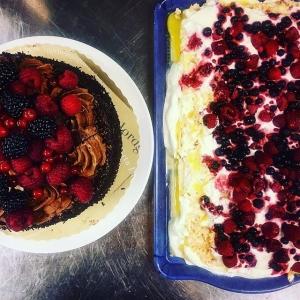 Tårt-battle mellan Willie och Elias! Den ena är fin och den andra är hemgjord.. vilken vinner?? #cheflife #jul #tårta #battle #luxdagfördag
