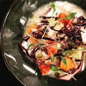 """En av rätterna under kvällens """"wine makers dinner"""", ceviche på gös med blodapelsin, rödkål och ingefära?  #luxdagfördag #winemakersdinner #pernodricard #stoneleigh"""