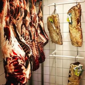 Snart men inte ännu är viltsäsongen slut, hängkylen är full med dovhind och vildsvin?  #luxdagfördag #vilt #hängkyl