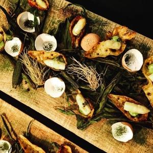 Årets första farmers dinner är igång, snack på jordärtskocka, ramslök och syltad sparris? #luxdagfördag #rosaskattlådan #storatollbygård #stenhusegård