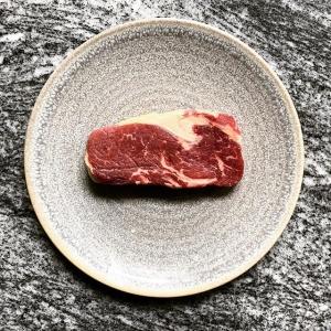 Missa inte chansen att äta denna fantastiska biff, mötas i vår hängkyl i 11 månader till fantastisk smak och textur? #luxdagfördag #hängmörat #jordärtskocka #ramslök #sparris #grilladsky