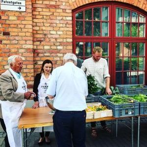 Tryggve, Felicia och Jens kör på för fullt i #farmersmarket  Det erbjuds löjrom, zucchiniblomma, svedjerova, sallat och mycket med? #komochköp #luxdagfördag #lokalt #unikråvara
